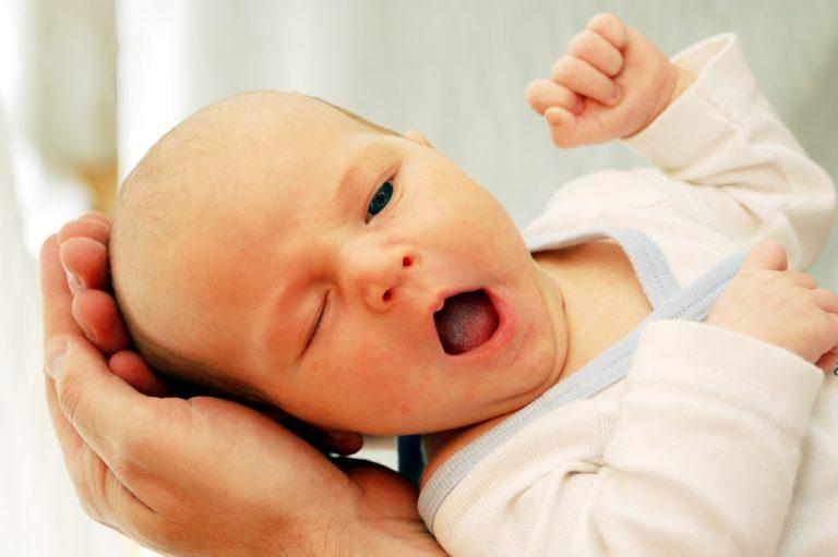 müdes baby gähnt